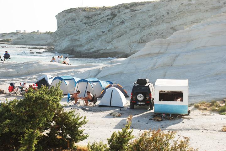 çeşme plajları arasında son dönemde en popüler olanlardan biri alaçatı delikli koy. üstelik plaj olmamasına rağmen.